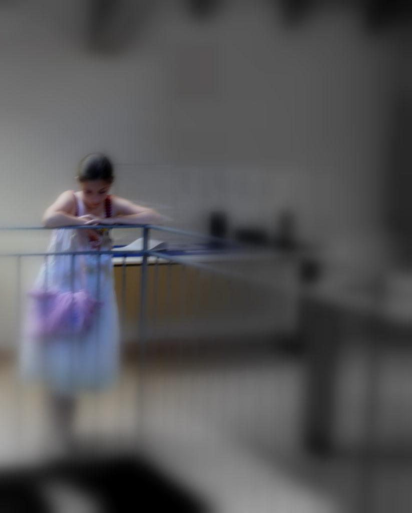 impaziente scruta la scena prima di esibirsi 2009 opera fotografica ai sali d'argento cm. 100 x 75